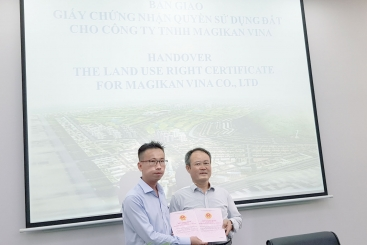 THE HANDOVER OF LAND USE RIGHT CERTIFICATES FOR INVESTORS IN CHAU DUC URBAN INDUSTRIAL PARK & GOLF COURSE