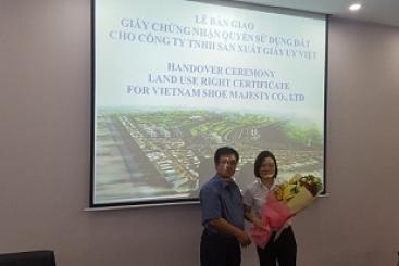 Lễ bàn giao giấy chứng nhận quyền sử dụng đất cho Công ty TNHH sản xuất giày Uy Việt
